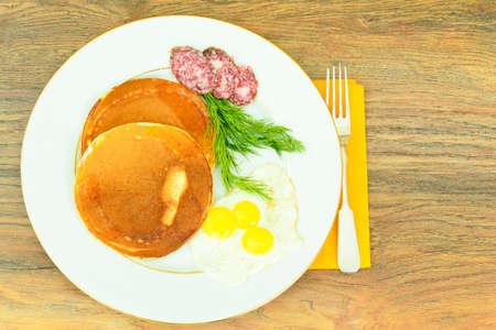 carnes: Panqueques con huevos de codorniz, embutidos, pastelería Negro Cuchara con caviar. estudio Fotográfico