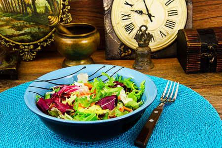 escarola: Ensalada mixta arugula, acelga, maíz, zanahorias, mesklan y iceberg Foto de estudio Foto de archivo