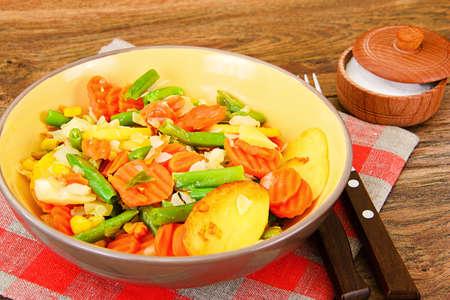 tortilla de maiz: Steamed vegetables potatoes, carrots, corn, green beans and onion Studio Photo Foto de archivo