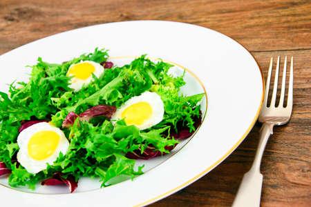 escarola: Ensalada de la mezcla de Batavia, Frisia, achicoria, achicoria, dietética Mel y huevo Estudio Fotográfico Foto de archivo