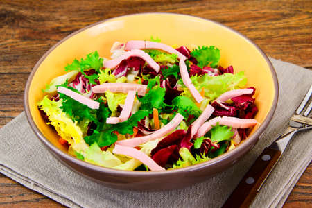 escarola: Mixed salad arugula, chard, corn, carrots, mesklan and iceberg Studio Photo Foto de archivo