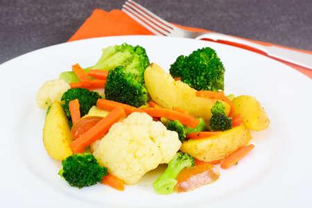 tortilla de maiz: Verduras al vapor patatas, zanahorias, coliflor y brócoli Estudio Fotográfico