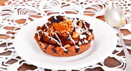 Tortas hechas en casa: pastel en un plato con frutos secos, chocolate y pasas. estudio Fotográfico