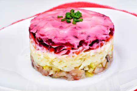 ensaladilla rusa: Russian Shuba Salad with Beetroot, Potatoes, Carrots and Herring Studio Photo Foto de archivo