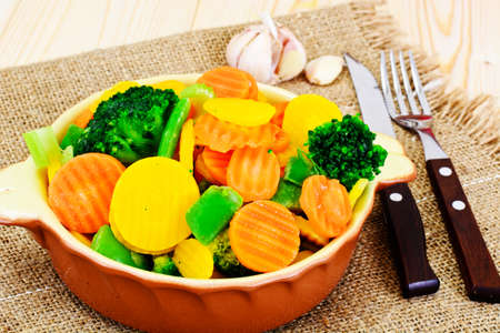 tortilla de maiz: Verduras al vapor patatas, zanahorias, coliflor, brócoli estudio fotográfico Foto de archivo