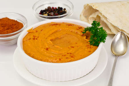 garbanzos: Hummus with Curry, Turmeric, Raw Chickpeas on the White Background Studio Photo Foto de archivo