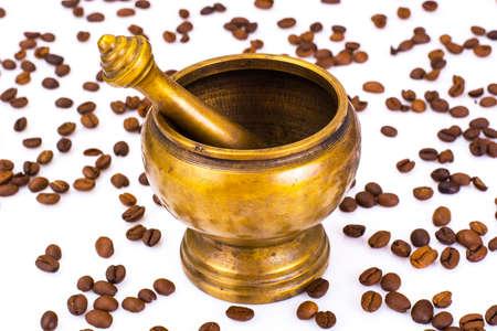 molinillo: Antiguo molino de café aislado en el fondo blanco.