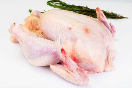 La carcasse fendue de poulet cru. Isolé sur blanc. Studio Photo Banque d'images - 66362946