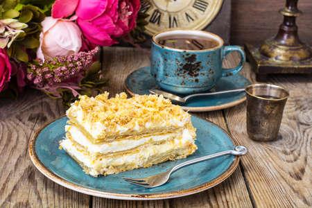 Napoleon taart op de plaat stijlvol. studio Photo Stockfoto