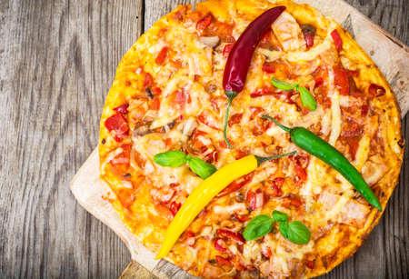hams: Pizza with prosciutto, mushroom and tomatoes. Studio Photo Foto de archivo