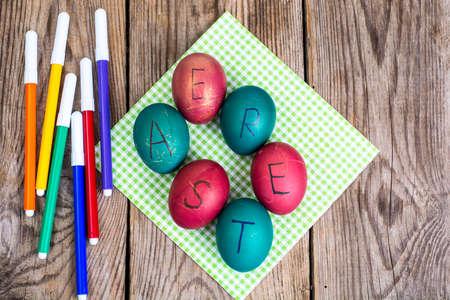 pluma de escribir antigua: Huevos de Pascua marcadores de colores