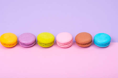 Small French macaroons on pastel background 免版税图像 - 91123442