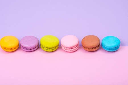 Pequeños macarons franceses sobre fondo pastel