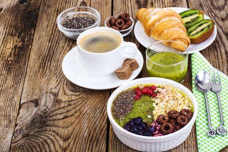 Espresso, croissant en fruitdessert voor ontbijt