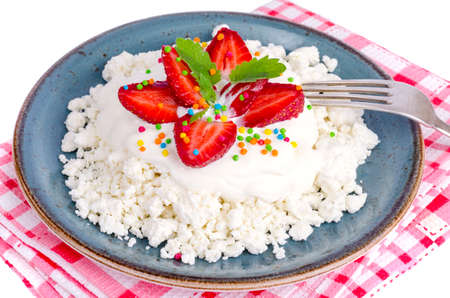 Fresh granulated cottage cheese with strawberries. Photo 免版税图像