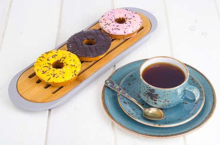 Frische Donuts, heißer Tee zum Mittagessen.