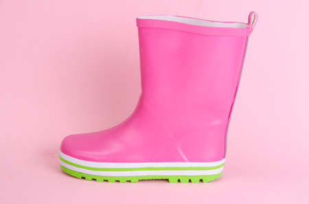 Bota infantil de goma rosa para caminar. Foto de archivo