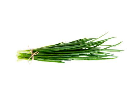 Bouquet d'oignons verts frais isolés sur fond blanc. Banque d'images