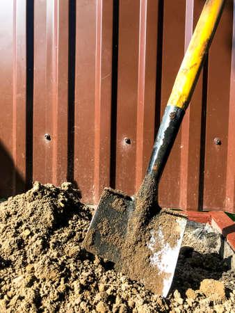 Dirty shovel in black earth, gardening job. Studio Photo Banco de Imagens