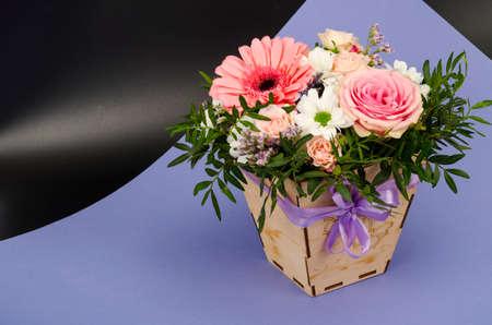 Flowers, bouquet in stylish wooden box. Studio Photo Stockfoto
