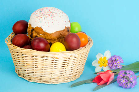 Delicious Easter cake, colored eggs for Easter celebration. Studio Photo 免版税图像