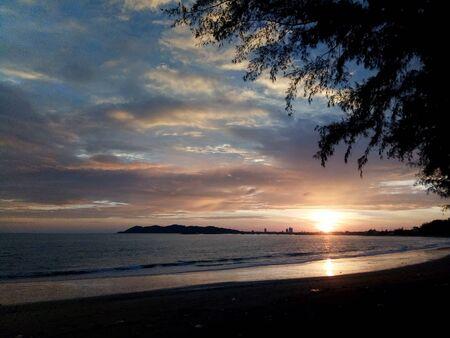 O tej porze słońce zawsze wschodzi na wschód i zachód. Dzisiaj nie jest wyjątkiem od tego zdjęcia zrobionego telefonem komórkowym. Kiedy słońce jest poniżej horyzontu. Ale wielu ludzi będzie pracować na wyspie.
