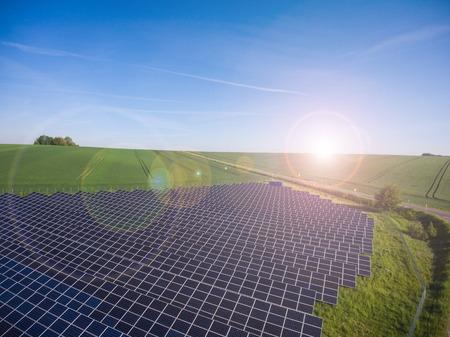 Kraftwerk mit erneuerbaren Sonnenenergie mit Sonnenwiese