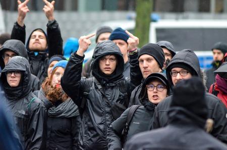 ドイツ、ライプツィヒ - 2017 年 11 月 25 日: antifa デモ 報道画像