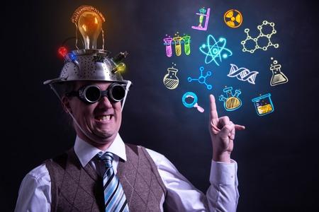 Lustiger Wissenschaftler auf der Suche nach Chemiesymbolen Standard-Bild