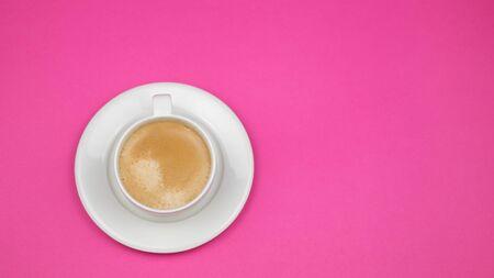 Una tazza di caffè nero su sfondo rosa. Vista dall'alto. copia spazio.