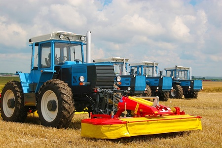 Groupe des tracteurs de forte puissance sur le terrain