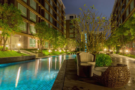 モダンなアパートメントのプールのある家します。
