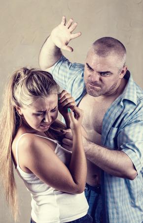 violencia intrafamiliar: Mujer v�ctima de violencia dom�stica y el abuso. El marido golpea a su esposa