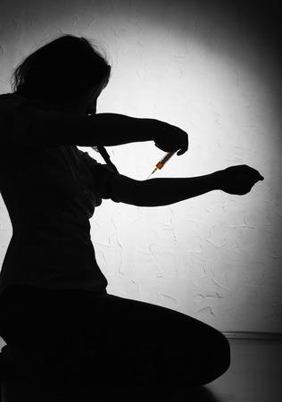 drogadiccion: Mujer joven con la drogadicci�n Foto de archivo