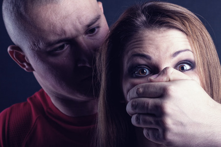 violencia intrafamiliar: La violencia doméstica mujer víctima de abuso y estrangulada por el hombre fuerte
