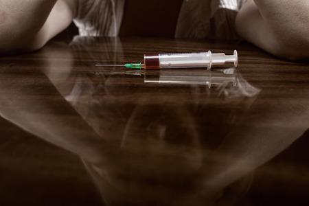 éxtasis: Primer plano de la jeringa mesa con drogas Foto de archivo