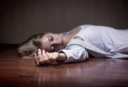 asustado: El cuerpo de la mujer muerta. Enfoque en la mano