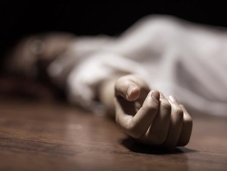 violencia: El cuerpo de la mujer muerta. Enfoque en la mano
