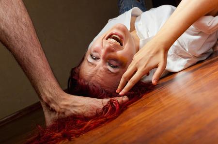 violencia intrafamiliar: Mujer v�ctima de violencia dom�stica y el abuso. El marido se burla de su esposa