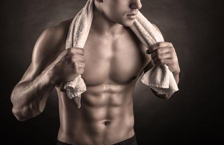 m�nner nackt: Gesunder muskul�ser junger Mann nach dem Training auf dunklem Hintergrund Lizenzfreie Bilder