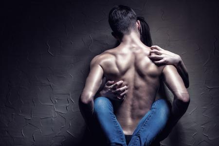 pareja desnuda: Joven pareja hace el amor a la pared