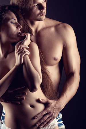 femme nue jeune: Sexy couple amoureux sur l'obscurit� Banque d'images