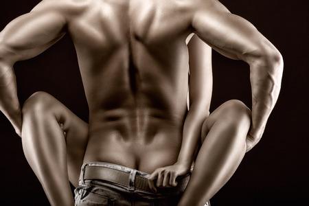 hombre desnudo: Pasi�n pareja en un negro
