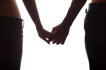manos agarrando: Tomados de la mano de los pares aislado en blanco