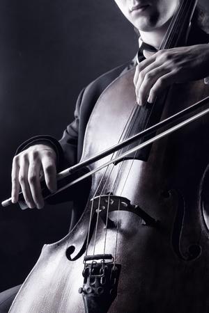 violoncello: Violoncellista che gioca musica classica sul violoncello. Foto in bianco e nero
