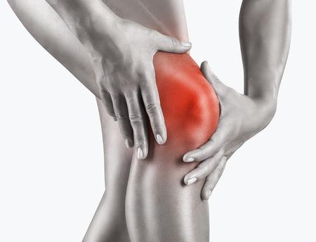 fisico: Mujer que hace que el dolor de rodilla aislado en un fondo blanco Foto de archivo