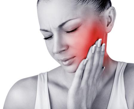 dolor de muelas: Mujer joven en el dolor está teniendo un dolor de muelas aisladas sobre fondo blanco