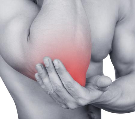 fisico: Hombre con dolor en el codo aislado en fondo blanco