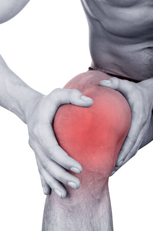 masaje deportivo: Hombre con dolor en la rodilla aislado en fondo blanco
