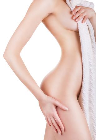 naked bodies: Mujer joven acicalado con una toalla aisladas sobre fondo blanco Foto de archivo